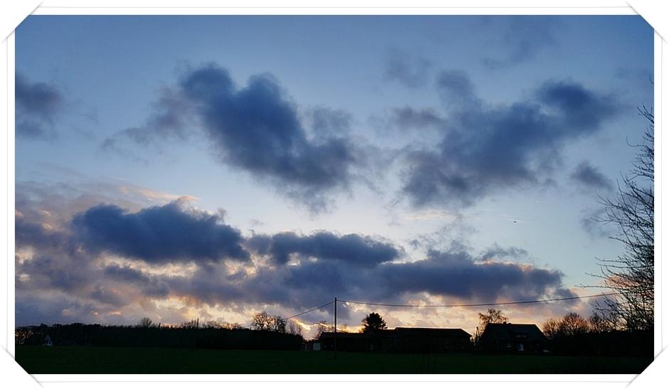 13-Januar kalt, regnerisch... Abendhimmel